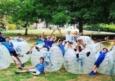 Bubble voetbal sportdag grote groep-min